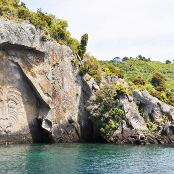 Taupo et son lac propose de nombreuses activités. Un immanquable reste quand même le Maori rock carving accessible en bateau. Nous avons choisi Sail Barbary pour cette excursion et nous avons bien fait !